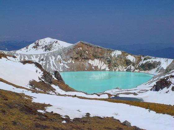 白根山の火口湖